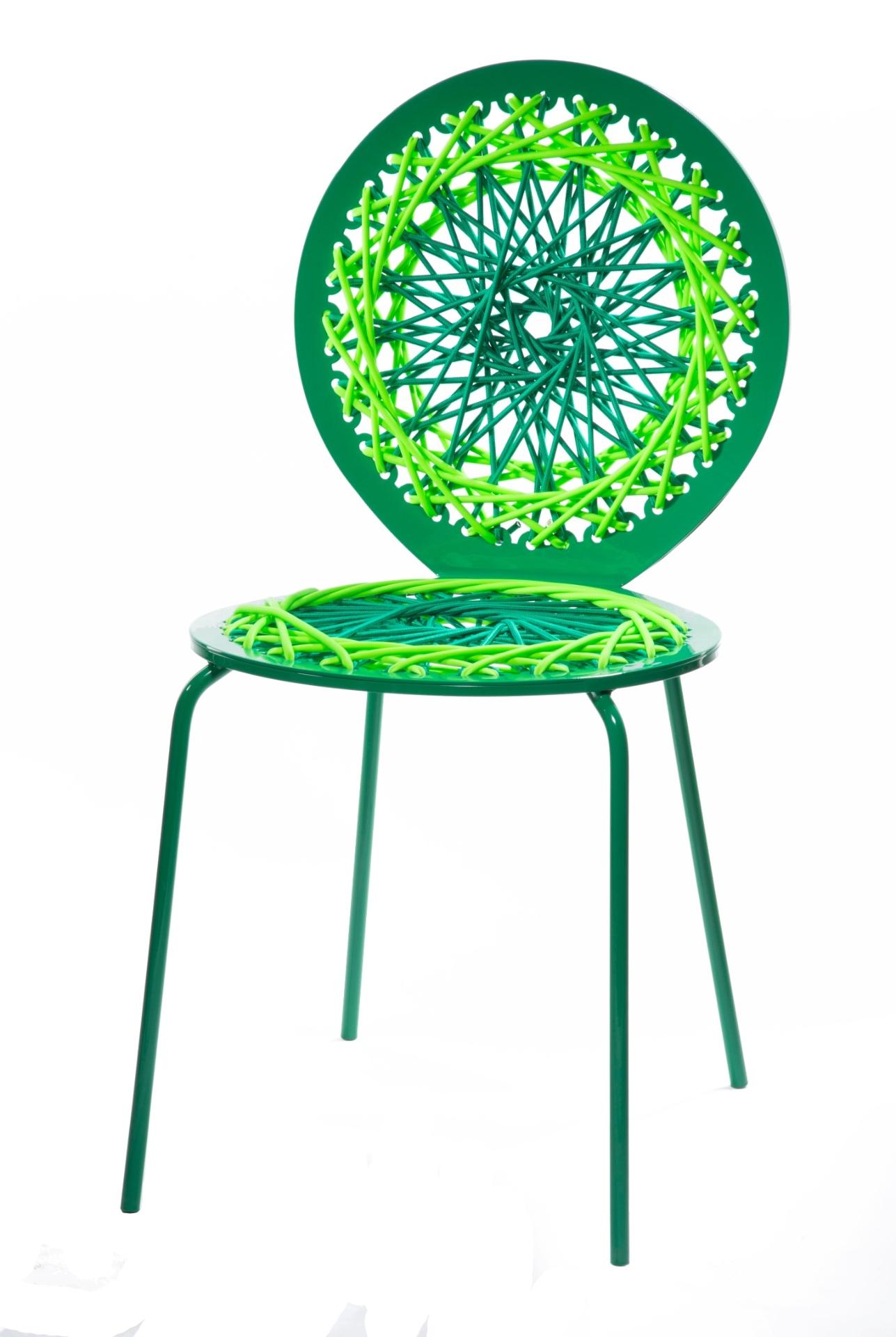 Inspirada no universo da moda, a norte-americana Jessica Carnevale (www.carnevalestudio.com) projetou a coleção de cadeiras Stretch. As peças têm encosto e assento confeccionados em látex e corda em cores vivas