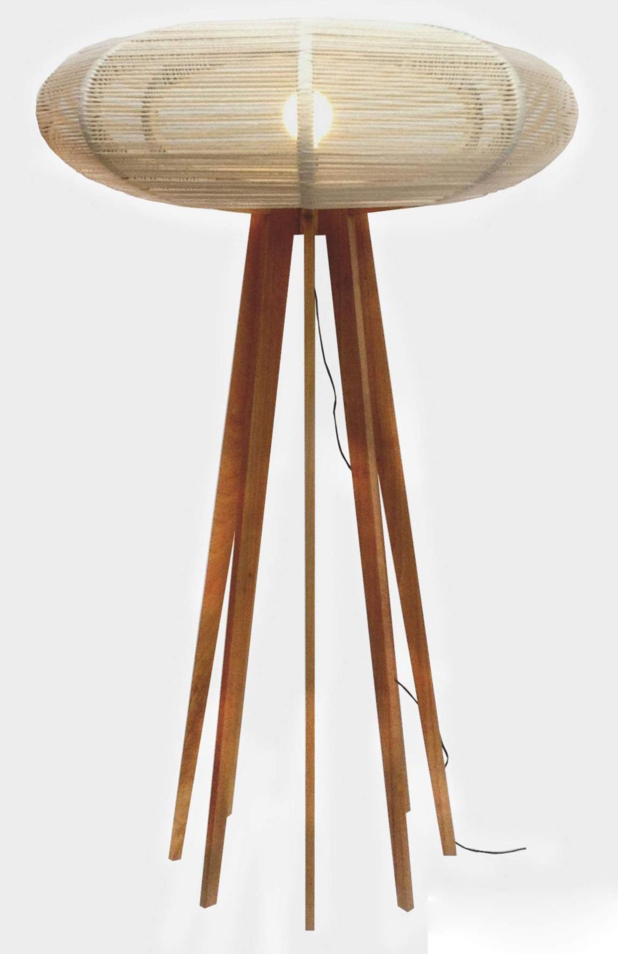 O designer Tadeu Paisan assina a luminária de piso Bongô confeccionada em madeira jequitibá (base) e fios de material reciclado (cúpula). A peça mede 180 cm de altura e pode ser comprada na Way Design (www.waydesign.com.br)