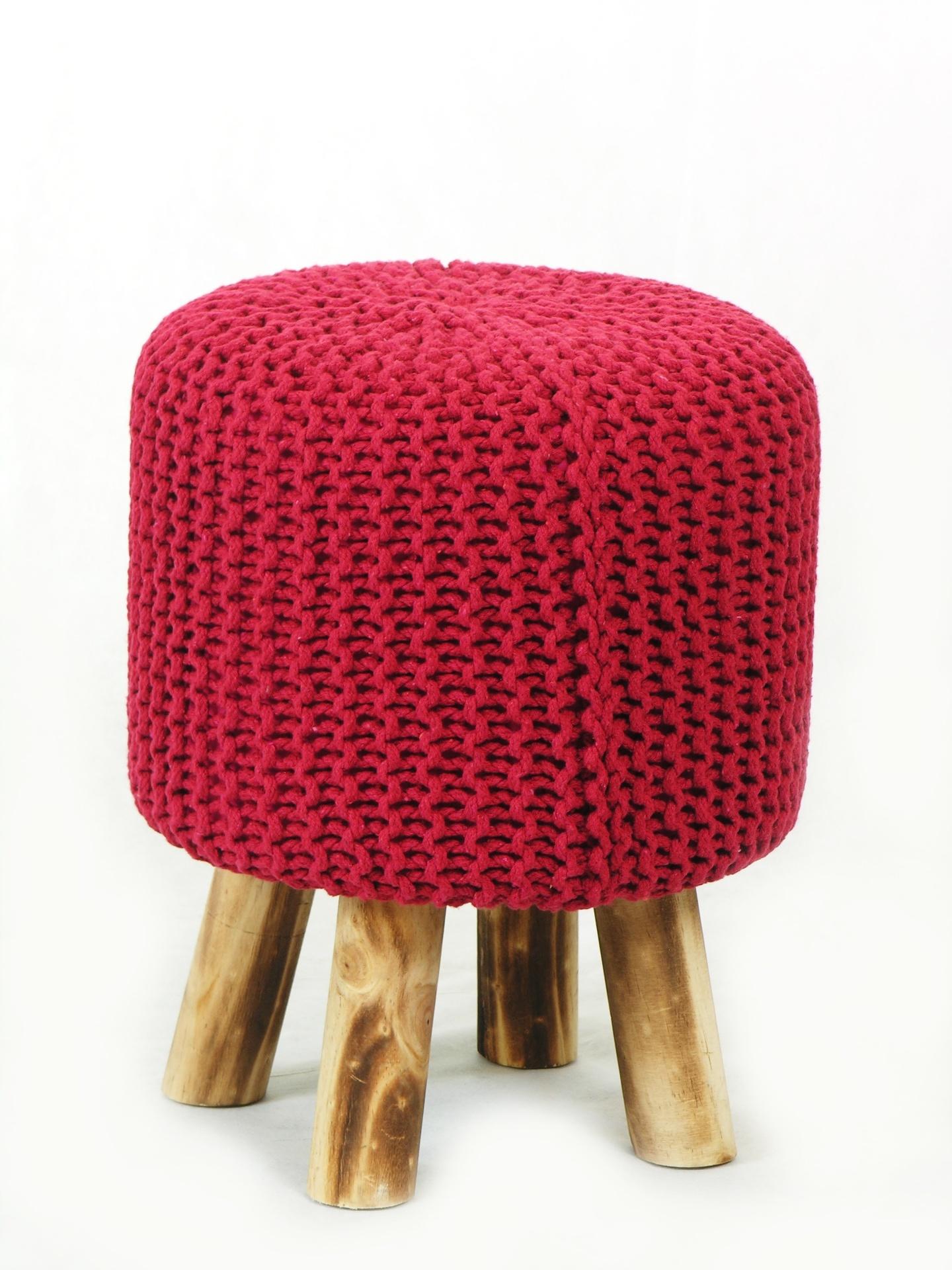 O pufe Red tem estrutura revestida em tricô de algodão, sustentada por pés de madeira. O móvel é comercializado na Wish Design (www.wishdesign.com.br)