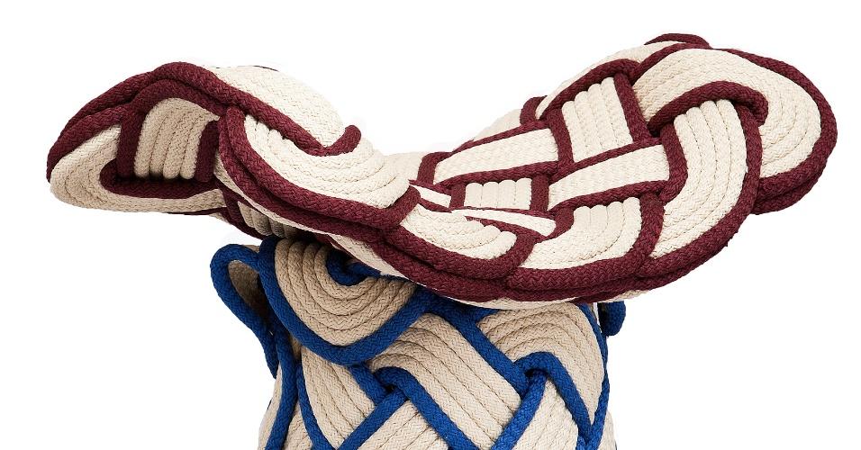 Projetado por Rodrigo Almeida (www.studiorodrigoalmeida.com), o banco Trama possui uma estrutura de madeira, coberta por cordas de poliéster trançadas. A peça mede 42 cm de altura por 44 cm de largura