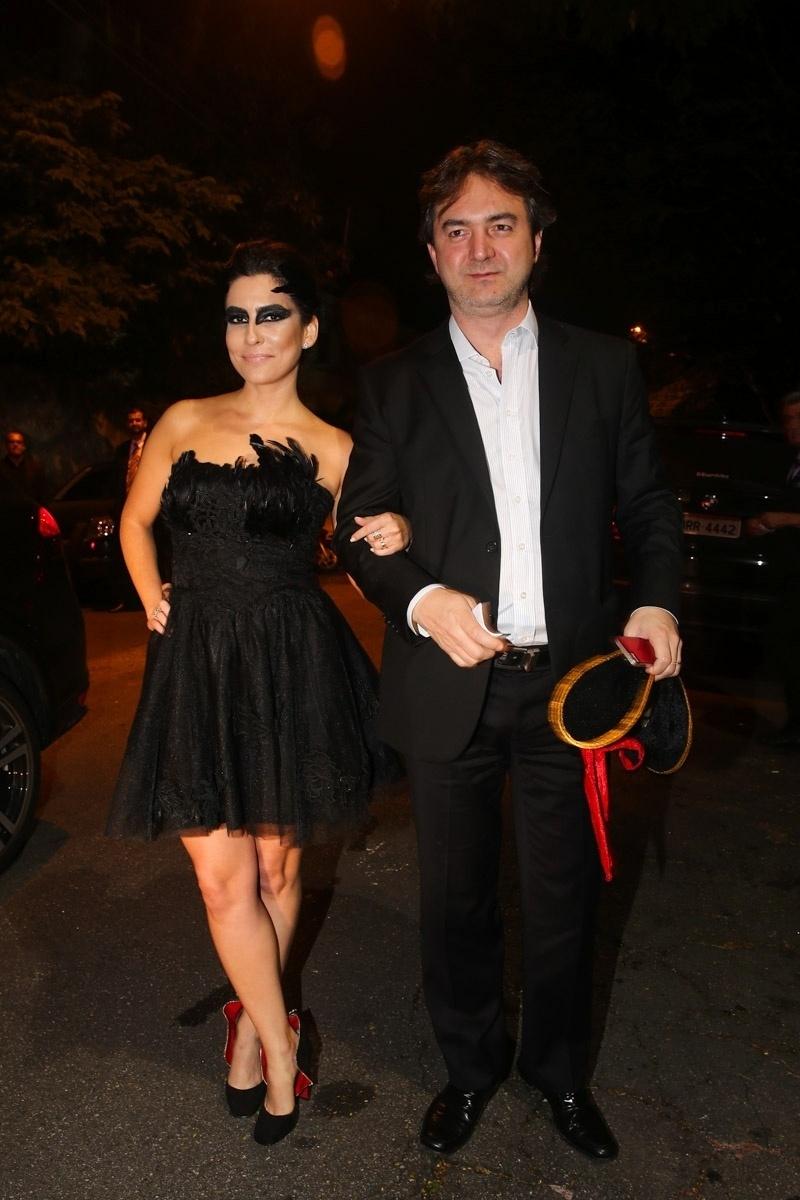 27.jun.2014 - A jornalista Ticiana Villas Boas com o marido Joesley Batista marcam presença na festa à fantasia do aniversário de 37 anos de Luciana Cardoso