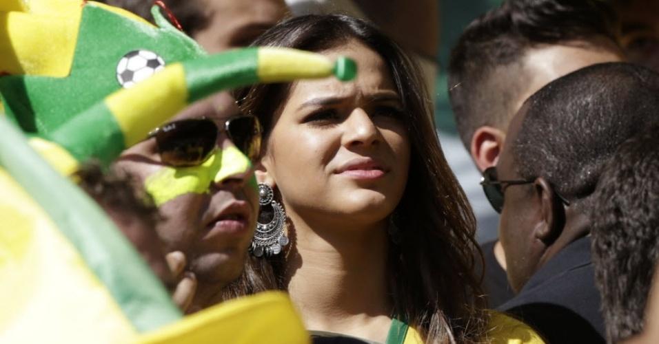 28.jun.2014 - A atriz Bruna Marquezine, namorada do jogador Neymar, é fotografada no meio da torcida no Mineirão durante o jogo do Brasil contra o Chile