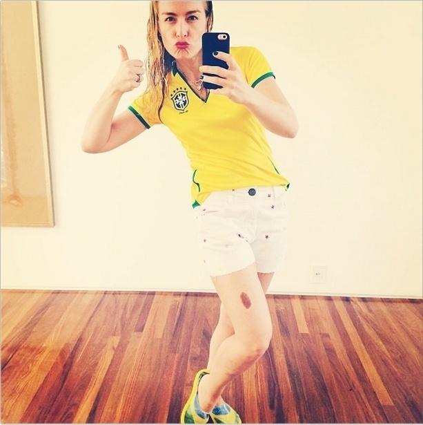 28.jun.2014 - Angélica postou uma selfie em seu Instagram para torcer pelo Brasil no dia do jogo contra o Chile