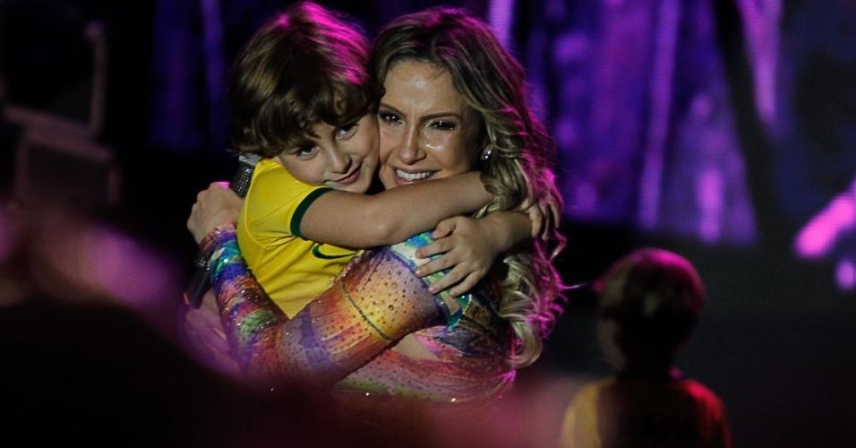 28.jun.2014- Claudia Leitte ganha abraço apertado do filho Davi, 5 anos, durante show em camarote na Casa Pelé do Futebol  no estádio do Morumbi, em São Paulo