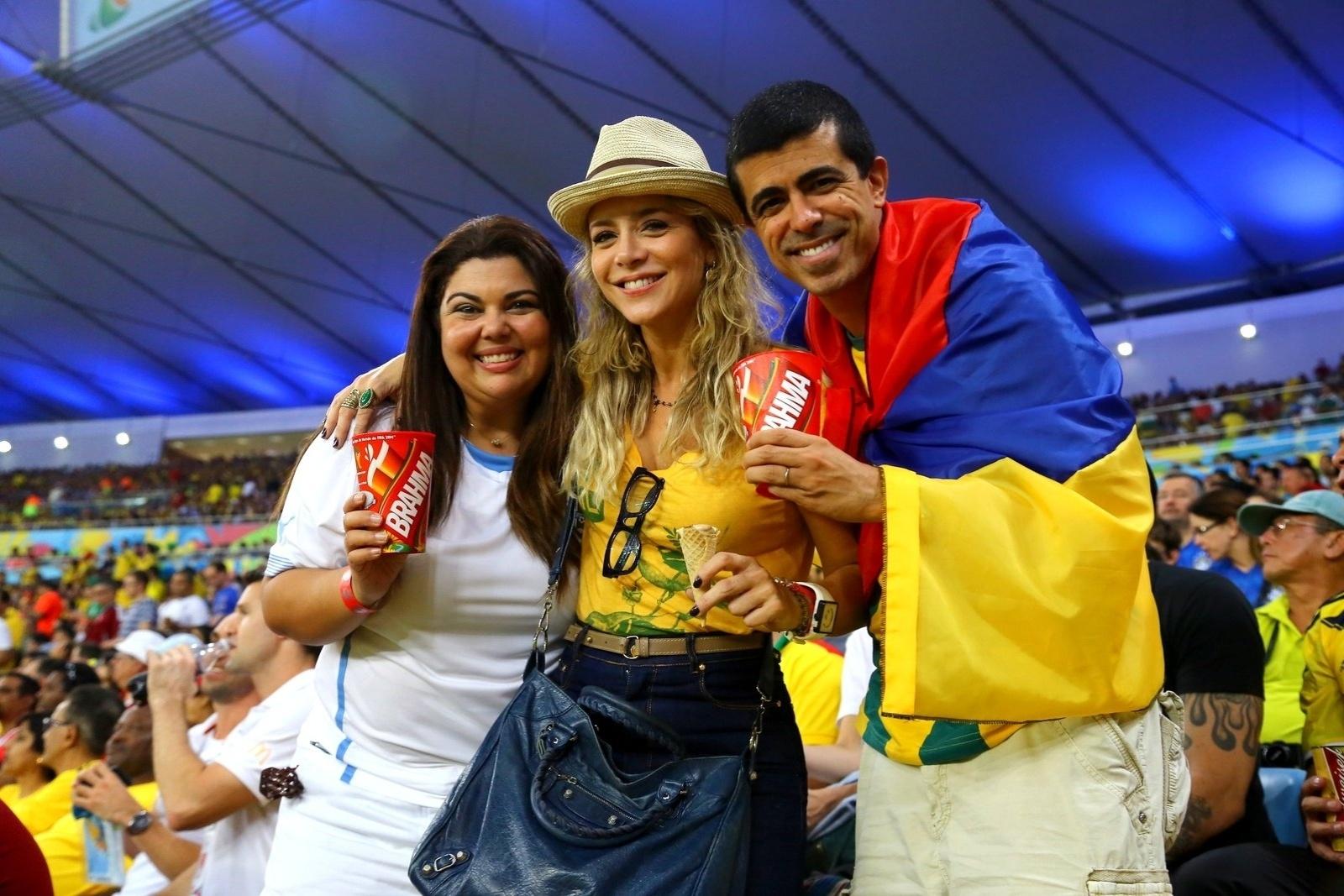 28.jun.2014- Fabiana Karla, Christine Fernandes e Marcius Melhem assistem Uruguai e Colômbia no Maracanã, Rio de Janeiro