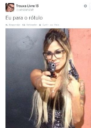 Ex-BBB Vanessa aparece segurando duas armas em foto na internet