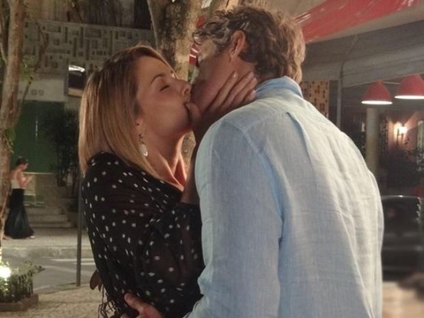 Sílvia ataca Cadu e lhe dá um beijão