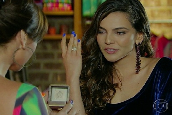 30.jun.2014 - Após propor casamento para Clara (Giovanna Antonelli), Marina (Tainá Müller) mostra que já está usando a aliança que comprou para selar o compromisso