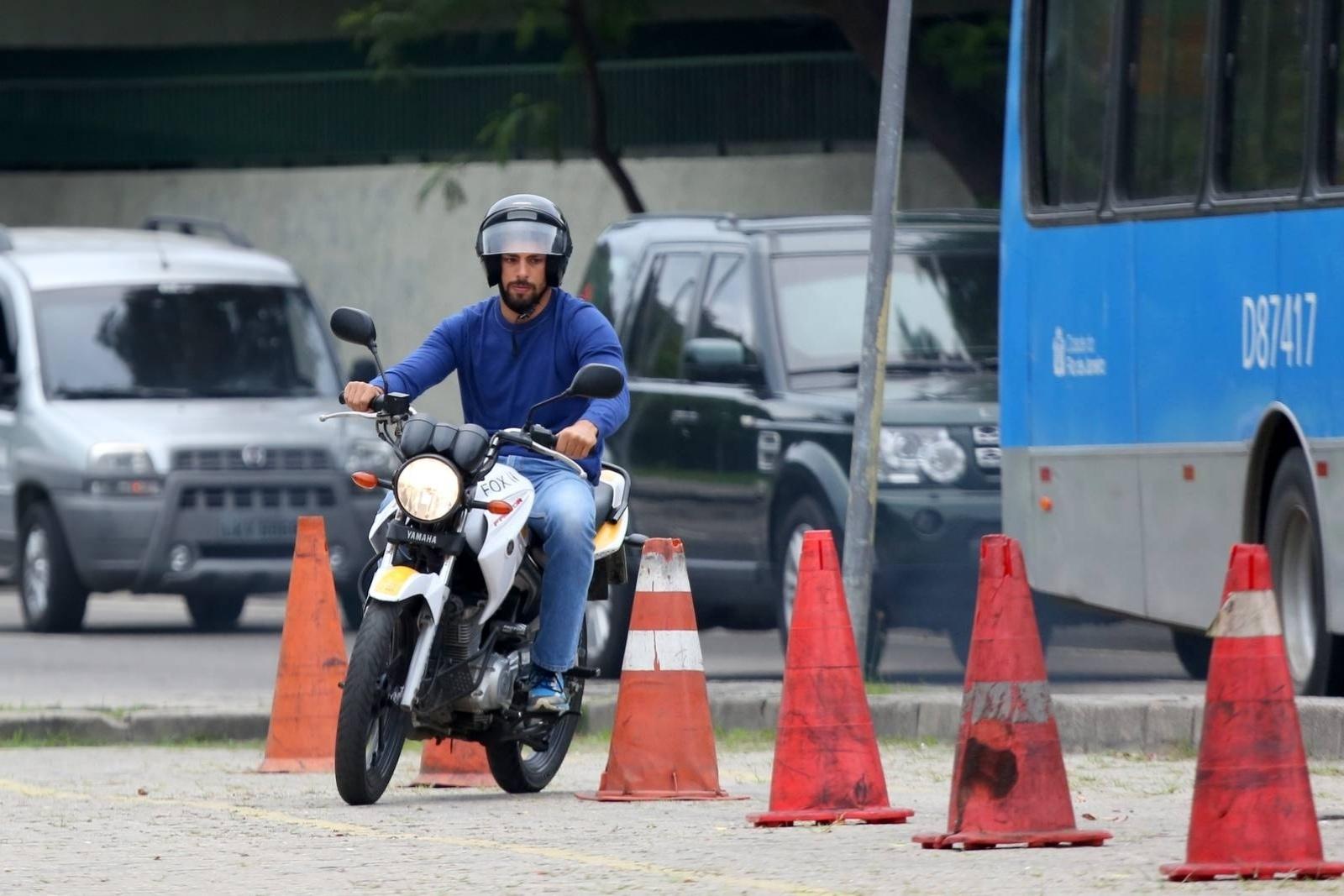 30.jun.2014 - Cauã Reymond tem aula prática de moto em autoescola no Rio de Janeiro. O ator foi fotografado em exercício que consiste conduzir o veículo em ziguezague entre cones