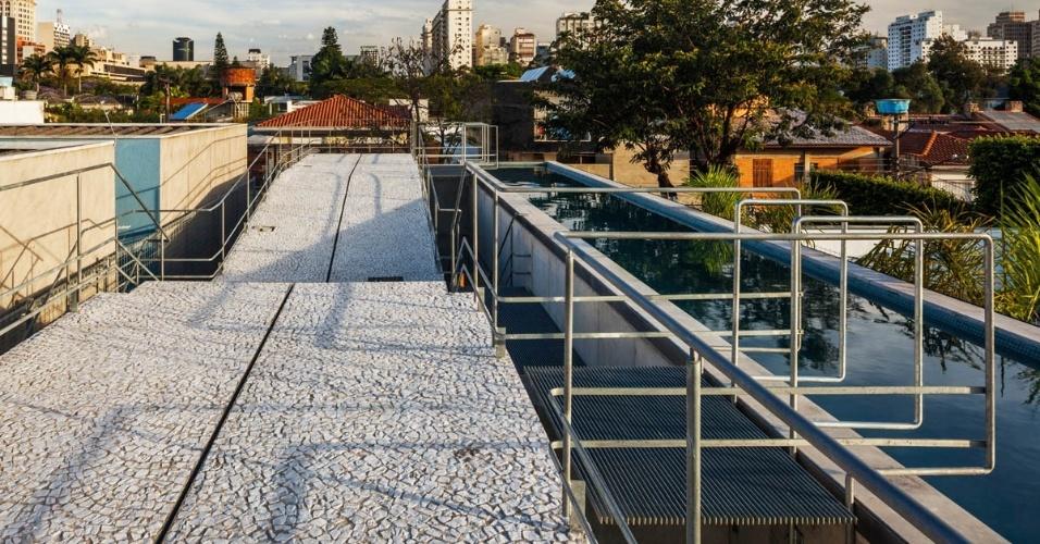 A insolação foi assegurada com a instalação da piscina com raia de 17 m na cobertura, de onde descortina-se o bairro do Jardim Paulistano. A ligação entre o solário e a raia se dá através de passarela. A Casa de Fim de Semana foi projetada pelo escritório SBPR Arquitetos