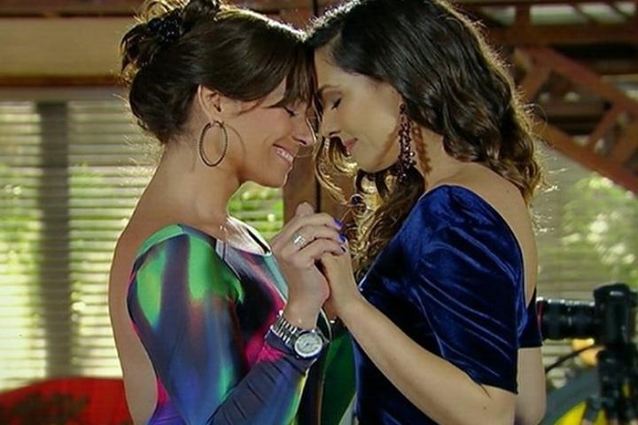 Após pedido de casamento e beijo, Marina (Tainá Müller) e Clara (Giovanna Antonelli) se olham apaixonadas em