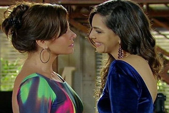 Marina (Giovanna Antonelli) e Clara (Tainá Müller) se emocionam após beijo e pedido em casamento em