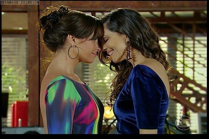 Após pedido de casamento, Marina (Tainá Müller) e Clara (Giovanna Antonelli) se olham apaixonadas em