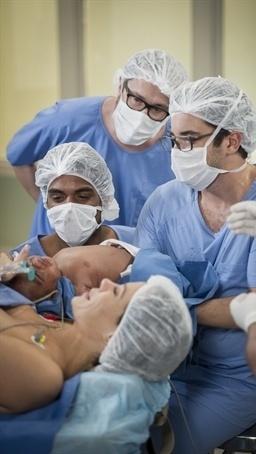 1.jul.2014 - Jairo (Marcello Melo Jr.) segura o filho pela primeira vez depois de Juliana (Vanessa Gerbeli) dar à luz