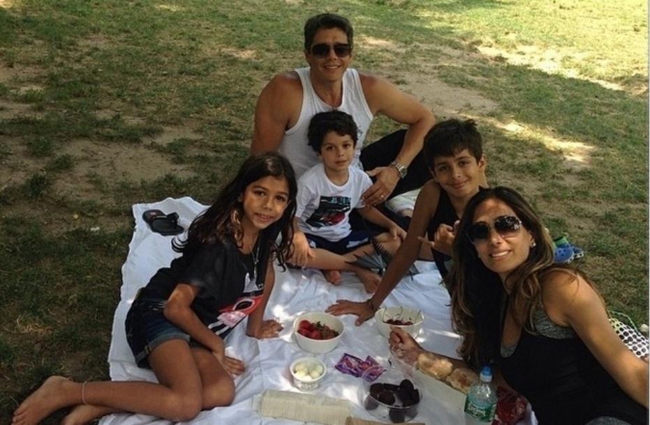 1.jul.2014- Márcio Garcia e Andréa Santa Rosa fazem piquenique com os filhos no Central Park, em Nova York