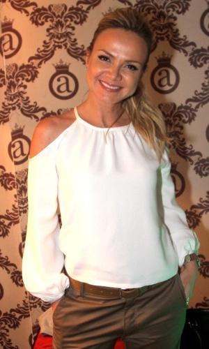 30.jun.2014 - Eliana visita Anitta em seu camarim antes do show no Club A, na zona sul de São Paulo, na noite desta segunda-feira