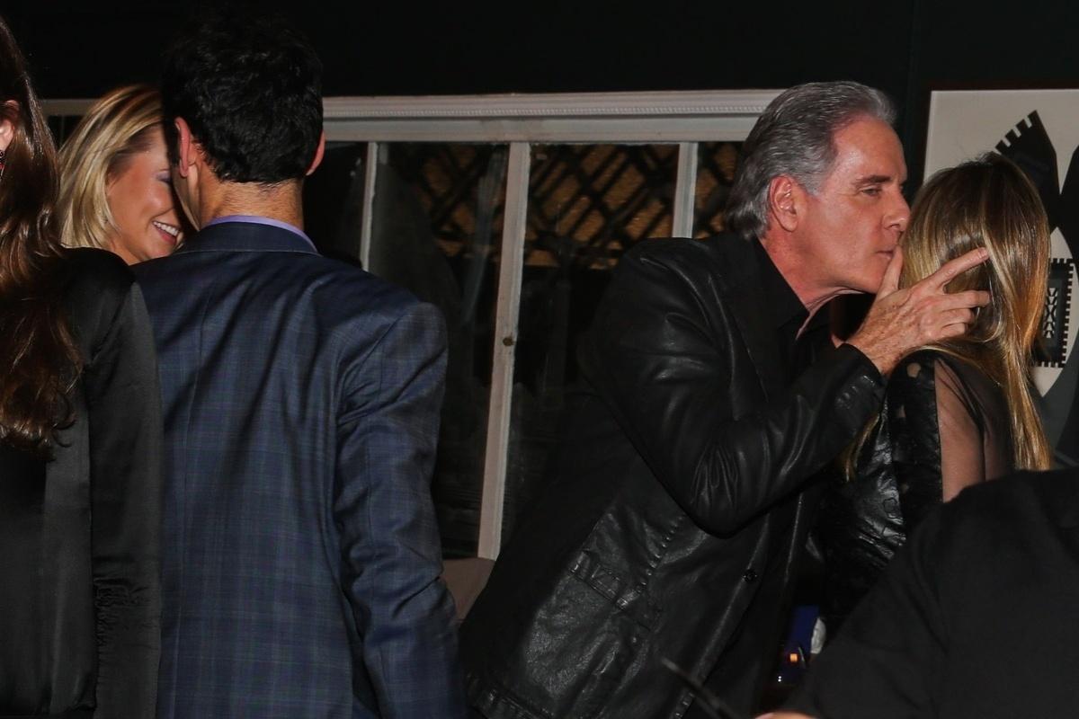 30.jun.2014 - Roberto Justus beija o rosto de Ticiane Pinheiro, sua ex-mulher, no aniversário de Otavio Mesquita em um restaurante nos Jardins, na zona sul de São Paulo