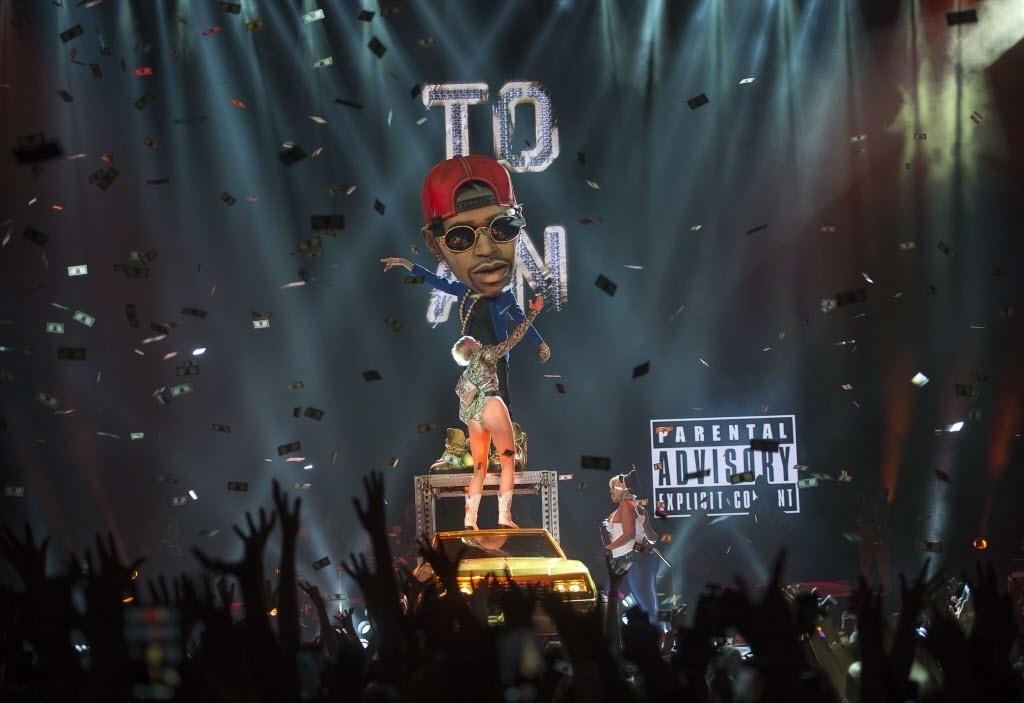 30.mai.2014 - 22.jun.2014 - Miley Cyrus durante show da turnê Bangerz no Ericsson Globe Arena, em Estocolmo, na Suécia
