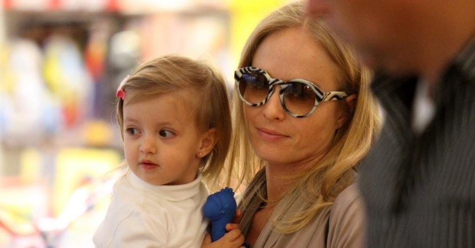 2.jul.2014 - A apresentadora Angélica passeou com a filha Eva em um shopping na Barra da Tijuca e entrou em uma loja de brinquedos