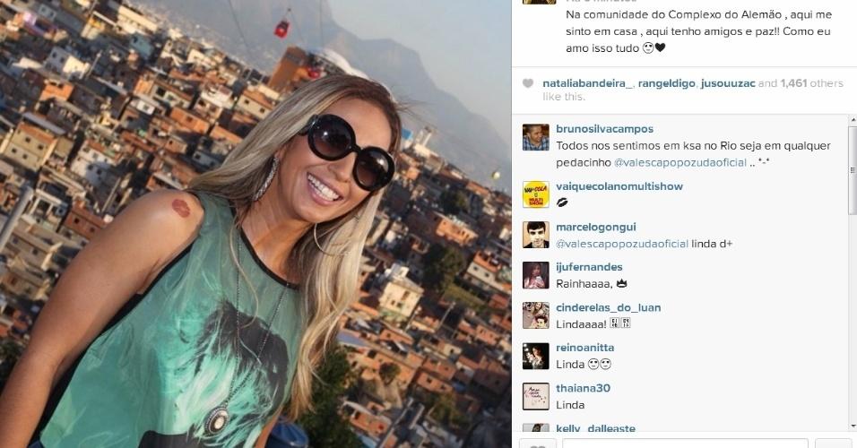 3.jul.2014- Valesca Popozuda posa na comunidade do Complexo do Alemão, no Rio de Janeiro: