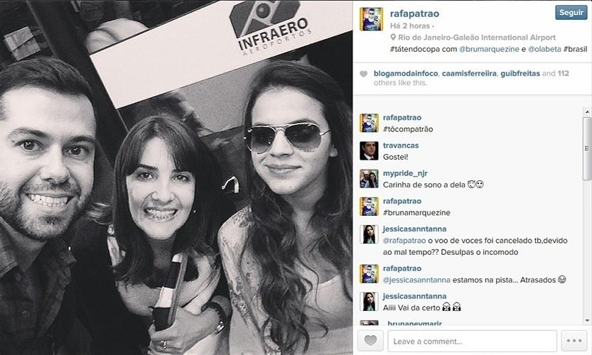 4.jul.2014 - Em dia de jogo do Brasil, Bruna Marquezine é tietada por fãs e posa para foto no aeroporto do Galeão, no Rio de Janeiro