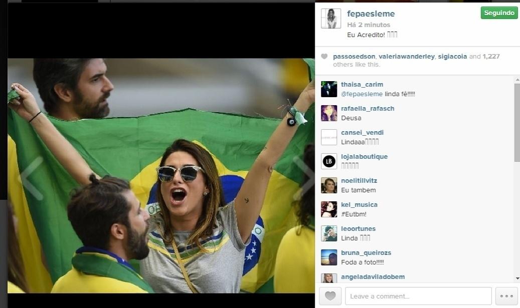 4.jul.2014 - Na torcida, Fernanda Paes Leme surge vibrando com a bandeira do Brasil e diz: