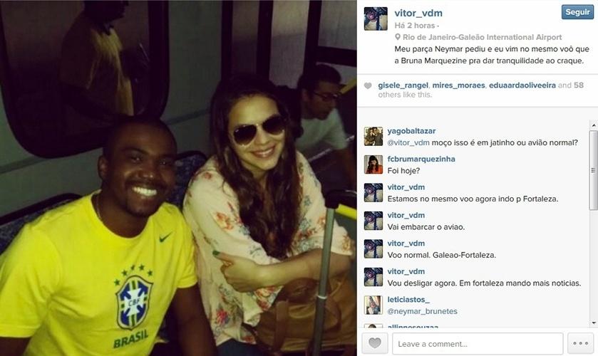 4.jul.2014 - O fã Vitor Moreira posa com Bruna Marquezine no aeroporto do Galeão, no Rio, e conta que está no mesmo voo que a atriz, com destino a Fortaleza