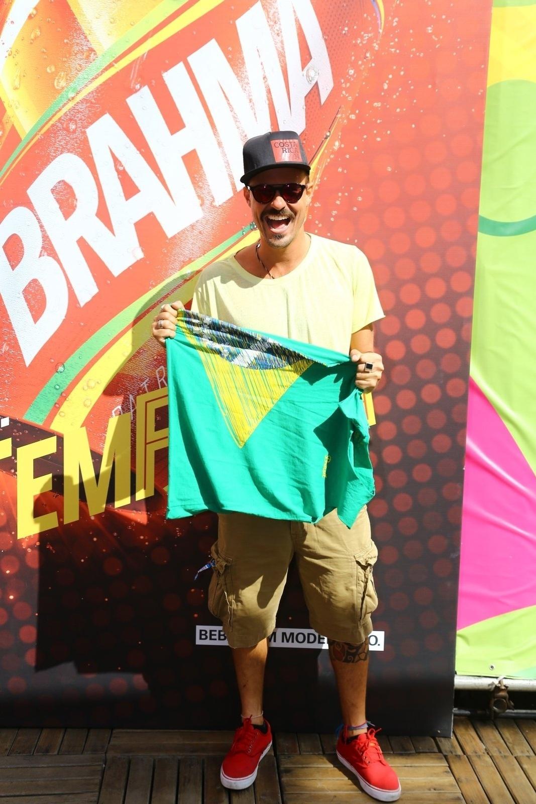 4.jul.2014 - Paulinho Vilhena exibe bandeira do Brasil ao chegar para assistir à partida entre França e Alemanha no Maracanã, no Rio de Janeiro