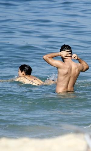 5.jul.2014 - Os atores Daniel de Oliveira e Sophie Charlotte mergulham na praia do Leblon, na zona sul do Rio