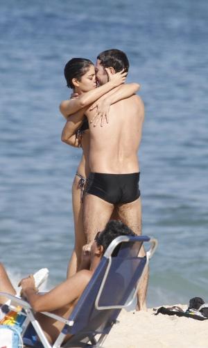 5.jul.2014 - Os atores Daniel de Oliveira e Sophie Charlotte se beijam na praia do Leblon, na zona sul do Rio