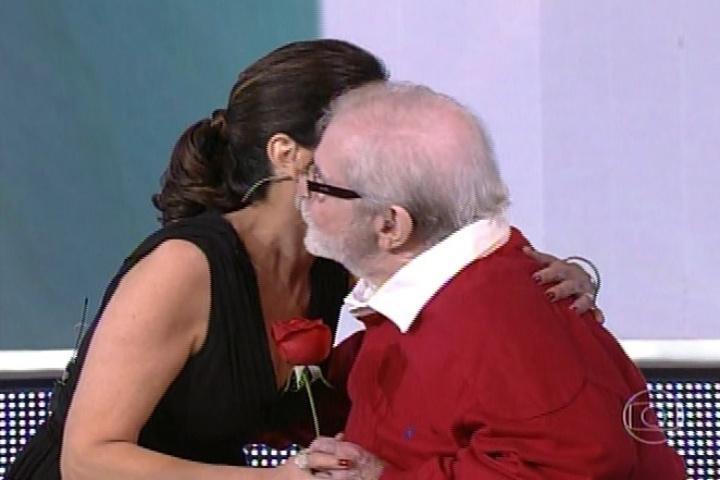 7.jul.2014 - Jô Soares entrega rosa à Fátima Bernardes ao surpreender a apresentadora no programa especial