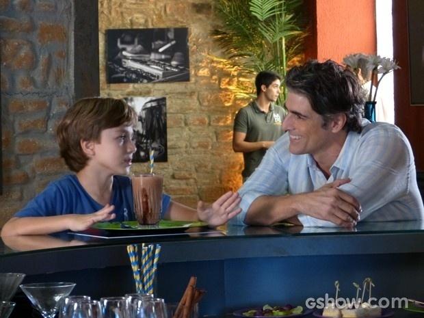 8.jul.2014 - Ivan explica para Cadu sobre relação de Clara e Marina