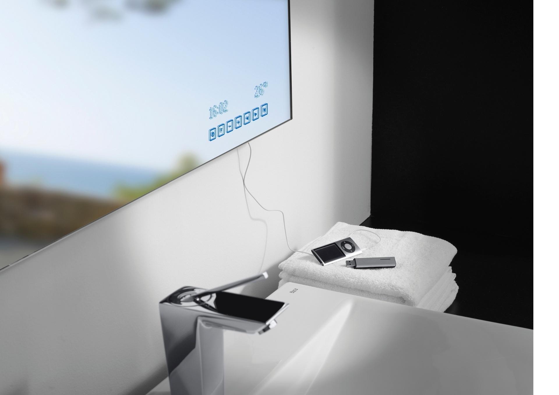 O espelho de banheiro Innova Radio, da Roca (www.br.roca.com), tem rádio FM estéreo, luz fluorescente, dispositivo desembaçador, relógio, medidor de temperatura ambiente e fonte de áudio auxiliar (MP3). O manuseio dessas funções é feito por meio de um teclado digital no próprio item. O produto mede 79 cm por 79 cm e o valor sugerido é R$ 9.260 I Preços pesquisados em julho de 2014 e sujeitos a alterações