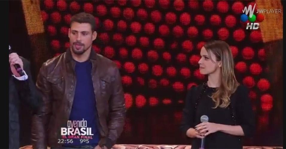 """... , falando sobre a final de """"Avenida Brasil"""" Reprodução/Telefe Mais"""