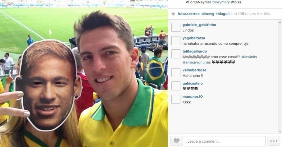 8.jul.2014 - Danielle Winits usou uma máscara com o rosto de Neymar para acompanhar a partida entre Brasil e Alemanha no estádio do Mineirão, em Belo Horizonte