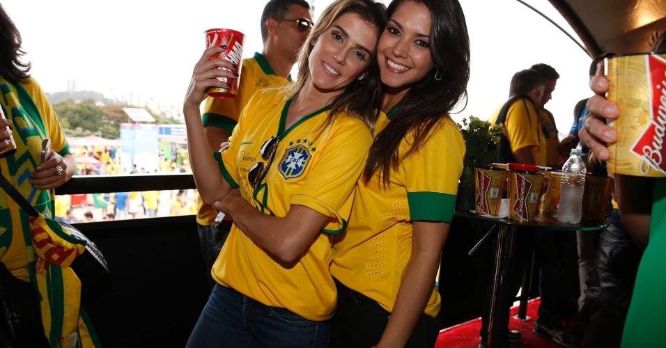 8.jul.2014 - Deborah Secco e Taís Fersoza torcem para o Brasil no Mineirão, em Belo Horizonte