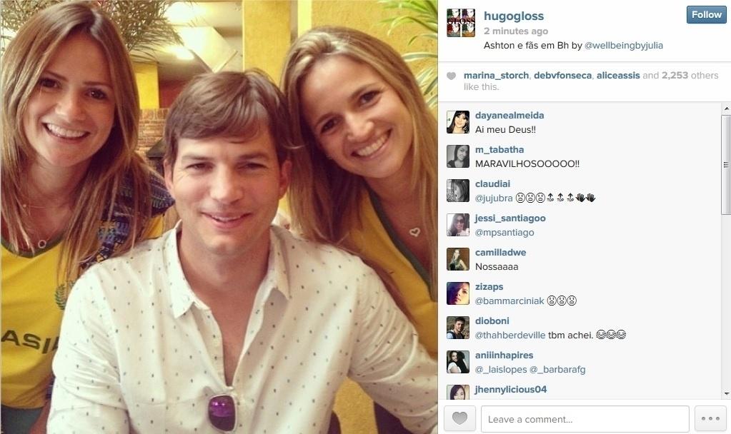 8.jul.2014 - No Brasil para acompanhar a Copa do Mundo, Ashton Kutcher foi tietado por duas fãs no Mineirão, estádio de Belo Horizonte onde o time do Brasil disputa com a Alemanha. O registro foi divulgado pelo blogueiro Hugo Gloss