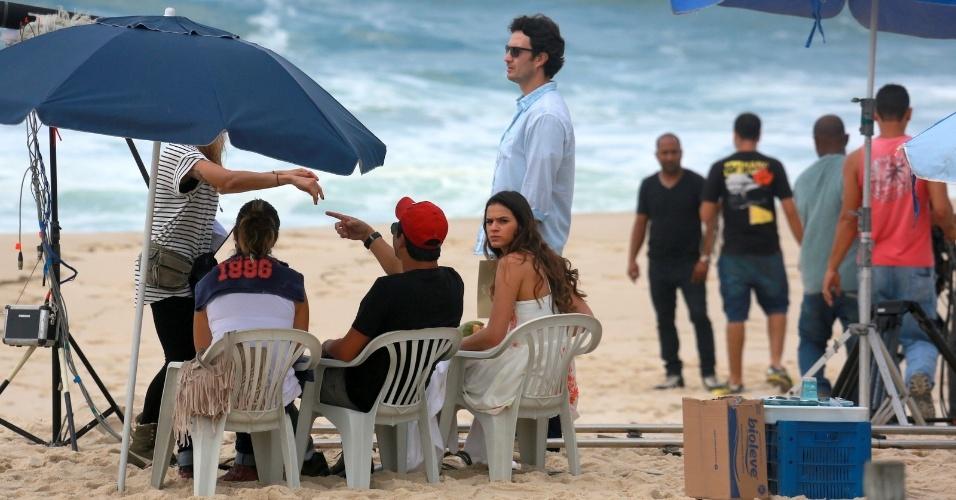 9.jul.2014 - Bruna Marquezine faz cara de brava ao perceber o paparazzo durante gravação de cena da novela
