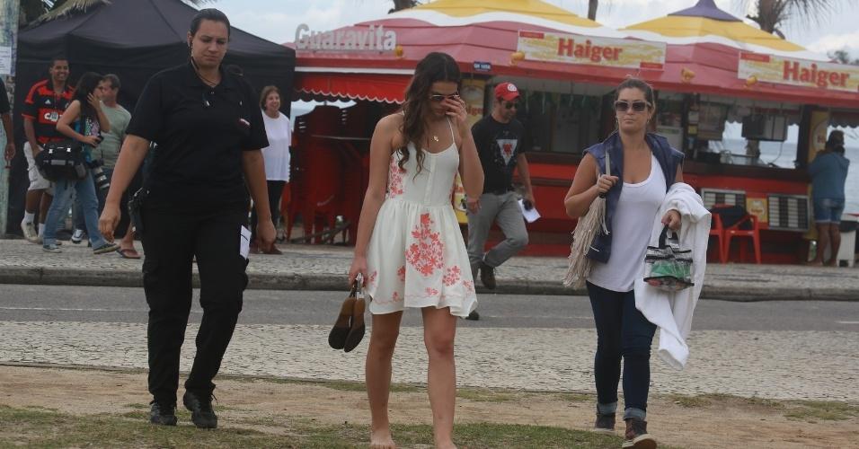 9.jul.2014 - De óculos de sol, Bruna Marquezine abaixa a cabeça ao notar a presença do paparazzo. Atriz gravou cenas dos últimos capítulos de