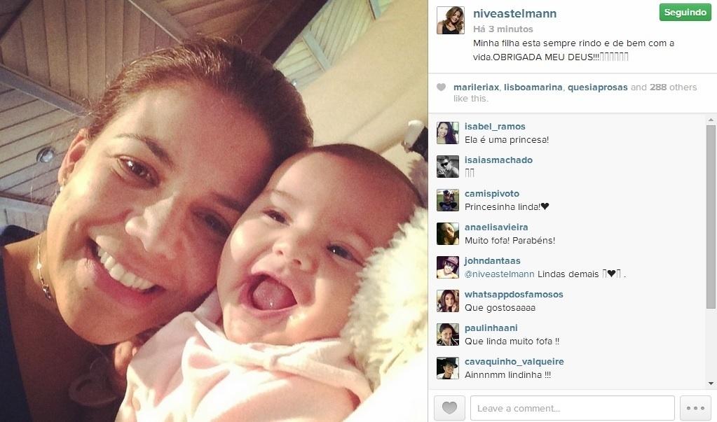 9.jul.2014 -Nívea Stelmann aparece sorrindo com a filha Bruna em clique registrado pela atriz em seu Instagram.