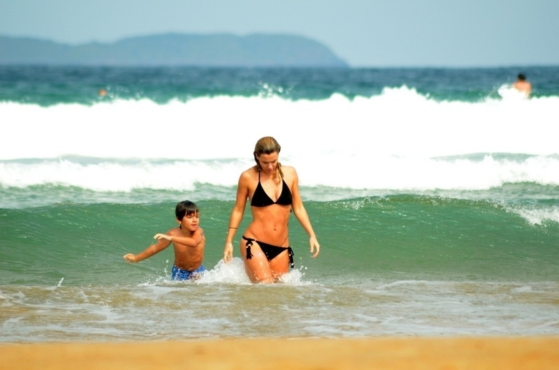 10.jul.2014 - Carolina Dieckmann mergulha com o filho caçula, José, na praia de Geribá, em Búzios (RJ)