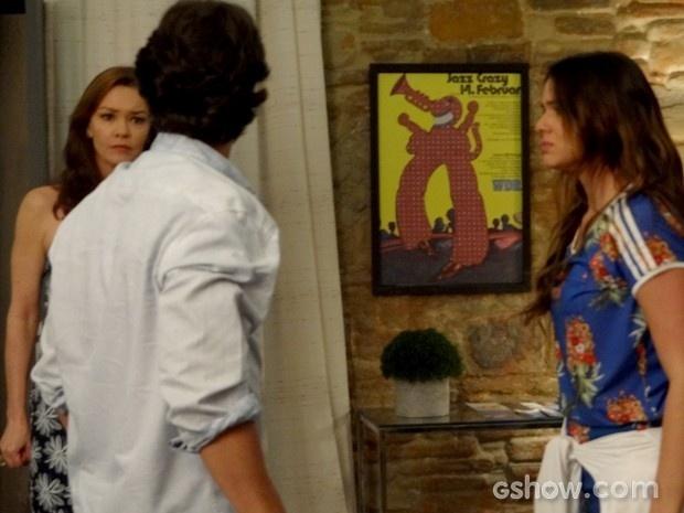 Helena defende Luiza de mais um ataque de ciúmes de Laerte