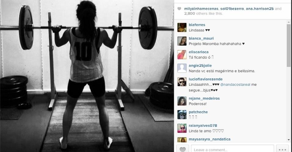 Nanda Costa publica em seu Instagram foto dela levantando peso