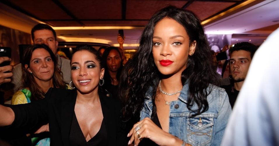 11.jul.2014 -  Anitta tieta Rihanna e consegue uma selfie com a cantora durante o desfile da grife Cia Marítima realizado em um hotel, na zona sul do Rio. A estrela pop internacional desembarcou nesta sexta no Rio e deve assistir à final da Copa do Mundo no Maracanã