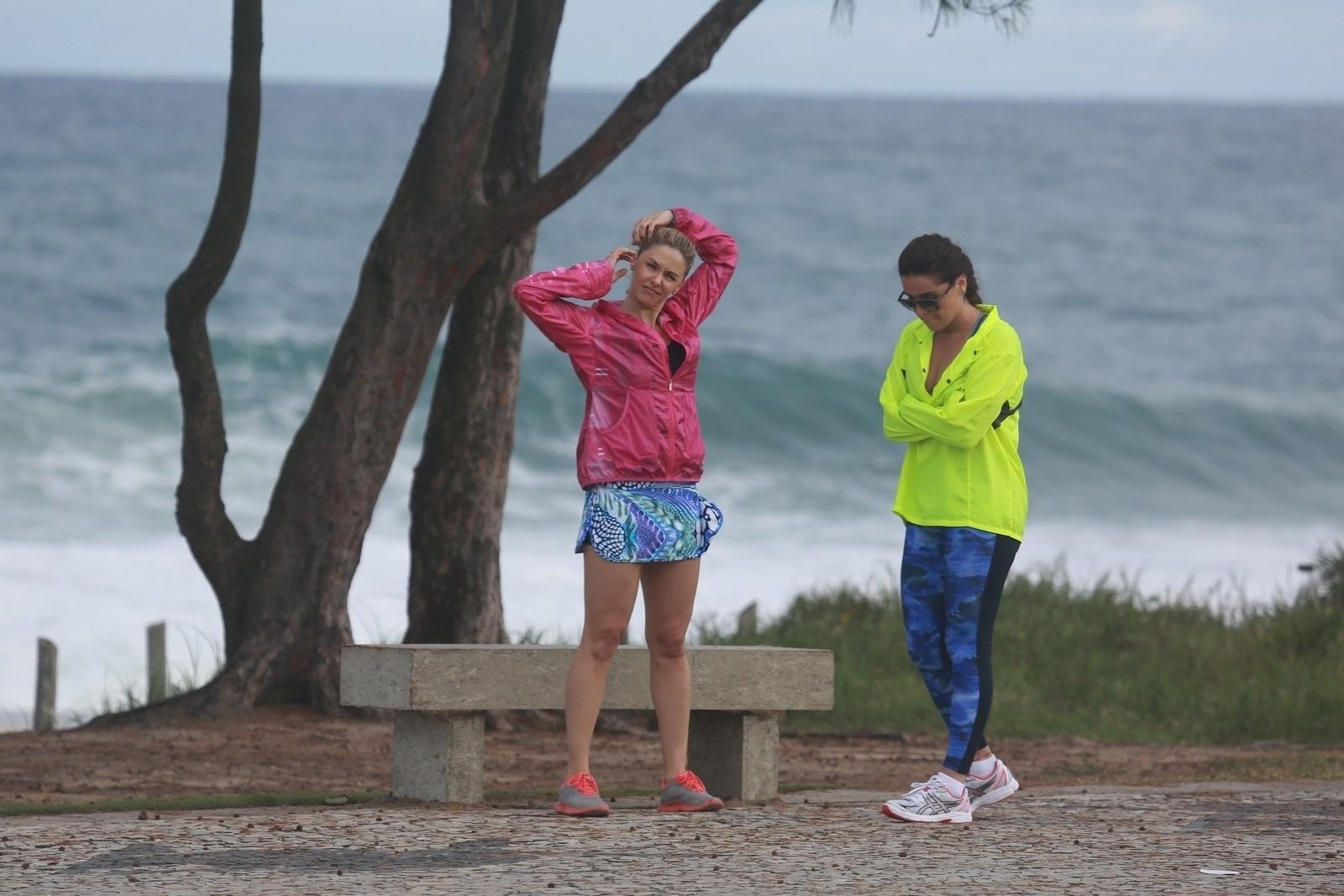11.jul.2014 - Com roupas de ginástica, Bianca Rinaldi e Giovanna Antonelli gravam cenas de