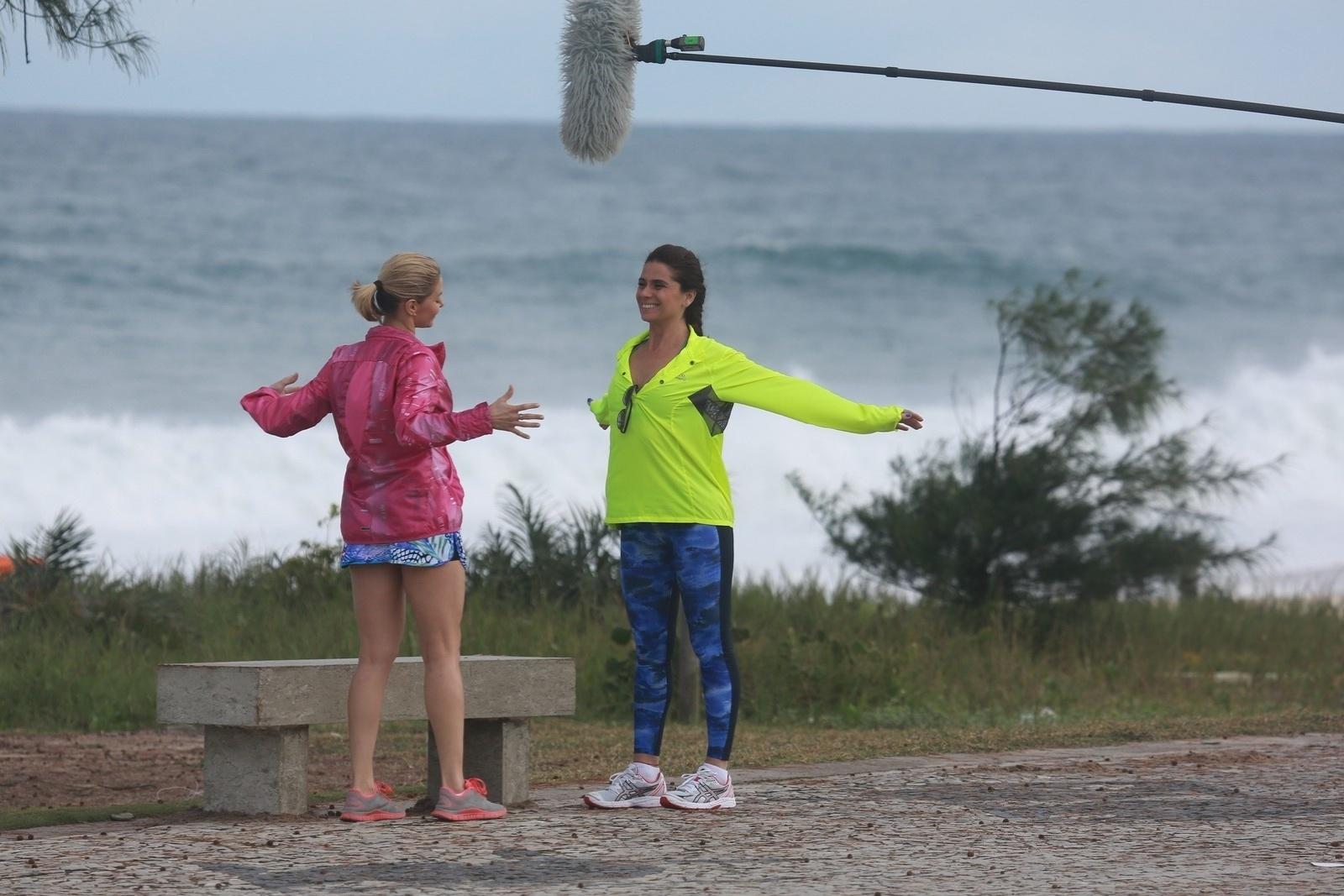 11.jul.2014 - Bianca Rinaldi e Giovanna Antonelli se exercitam no Recreio dos Bandeirantes, no Rio, durante gravações dos últimos capítulos de