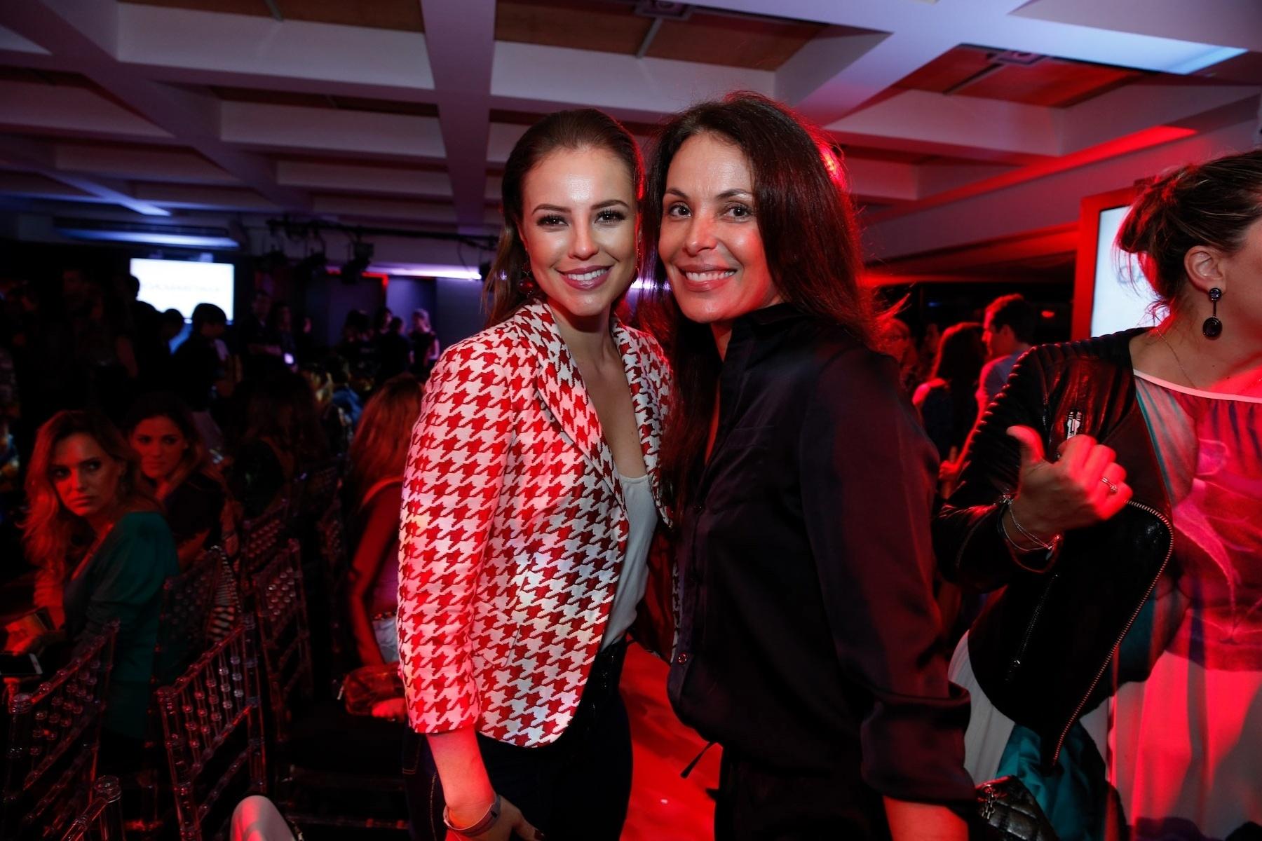 11.jul.2014 - Paolla Oliveira e Carolina Ferraz prestigiaram o desfile da grife Cia Marítima realizado em um hotel na zona sul do Rio