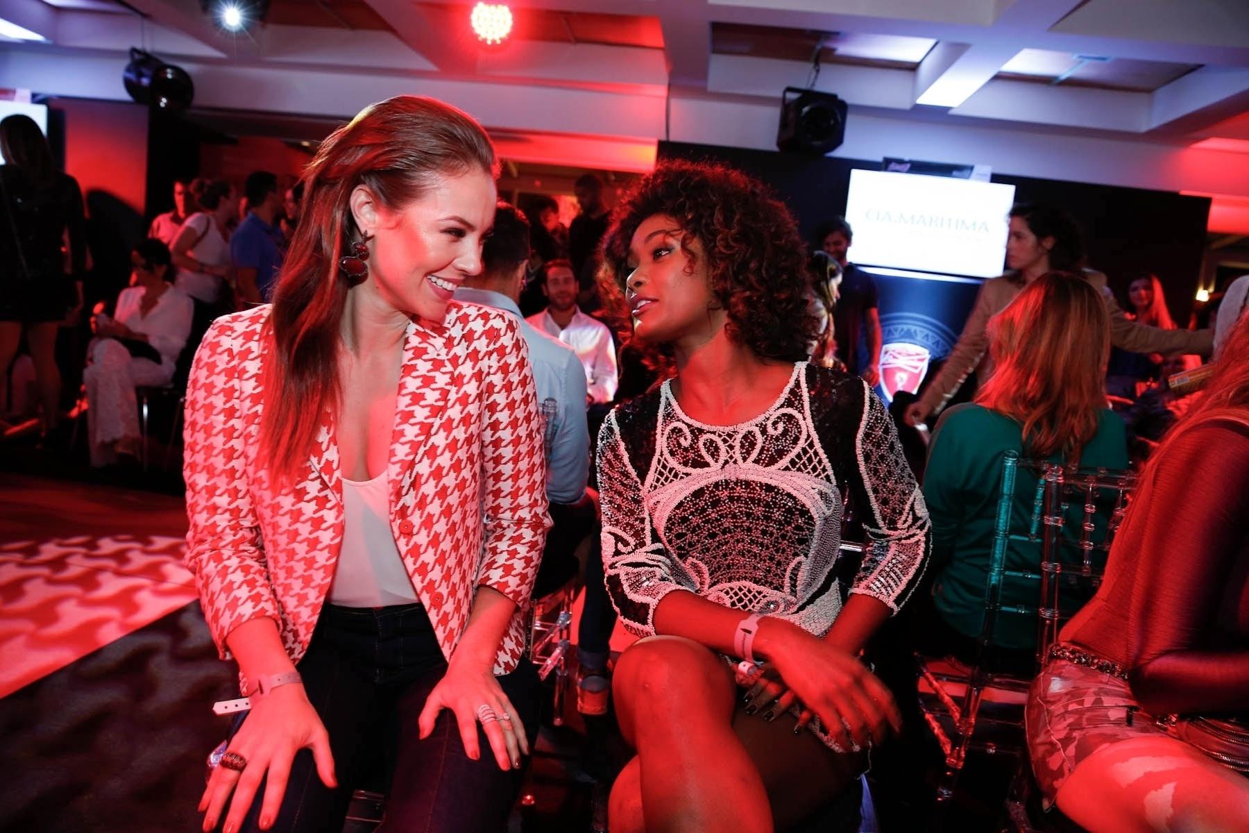 11.jul.2014 - Paolla Oliveira e Erika Januza prestigiaram o desfile da grife Cia Marítima realizado em um hotel na zona sul do Rio