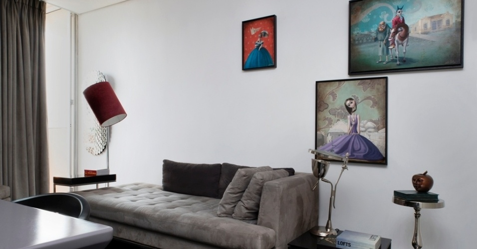 No estar, a mesa de canto baixa e preta, em marcenaria laqueada, é da Clami Design. Ela foi combinada a uma segunda mesa em alumínio, da Kare. Na decoração ainda se destacam a luminária Reflect (Kare), cuja cúpula cria um efeito de luz difuso e leve; a pequena escultura de Israel Macedo, em ferro fundido, e os quadros do artista Edu Cardoso, comprados na Fibra Galeria de Arte. A reforma do apartamento Jardins, em São Paulo, foi projetada pelo arquiteto Ricardo Abreu Borges