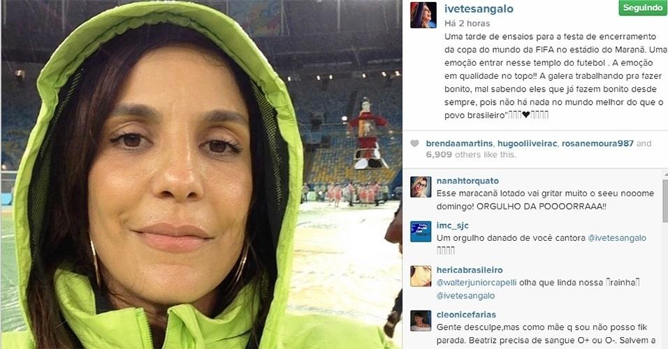 11.jul.2014 - Ivete Sangalo faz selfie no gramado do Maracanã durante os ensaios da festa de encerramento da Copa do Mundo 2014